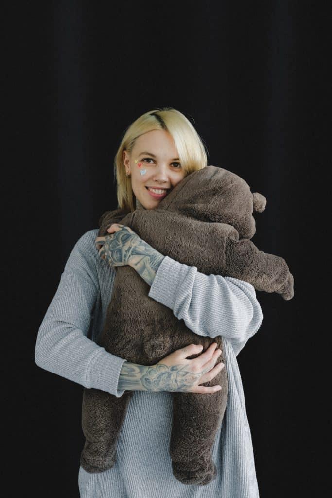 femme blonde polaire ours en peluche