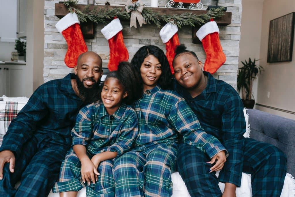 famille heureuse canapé décorations de noël